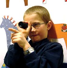 Pojke som tittar med kikare