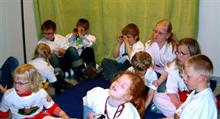 Flera barn som sitter på golvet
